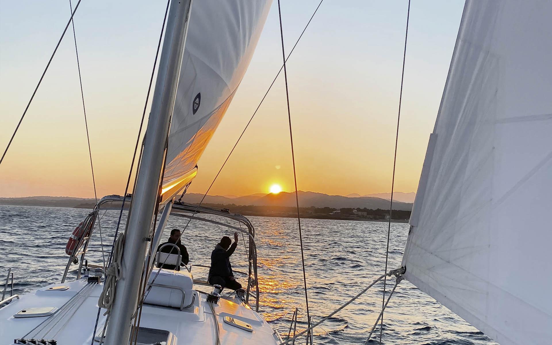 Puesta de sol en un velero en el Delta del Ebro